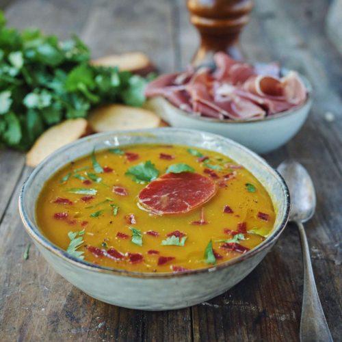 Soupe de courge et chips de jambon Serrano