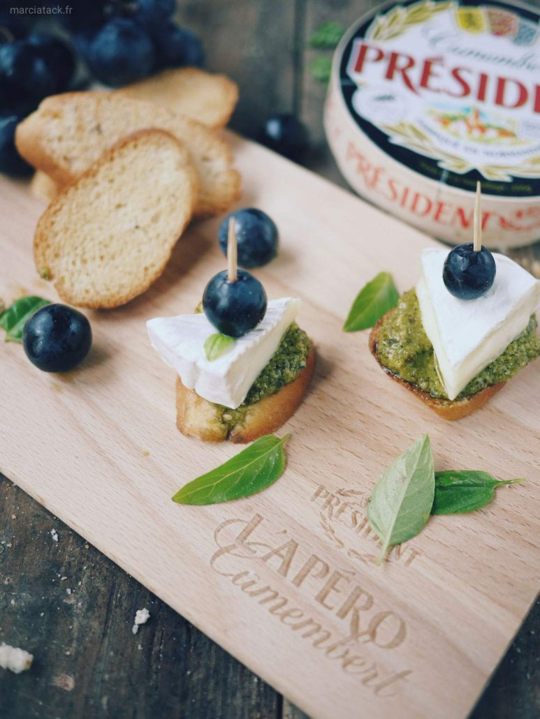 toasts camembert raisins basilic