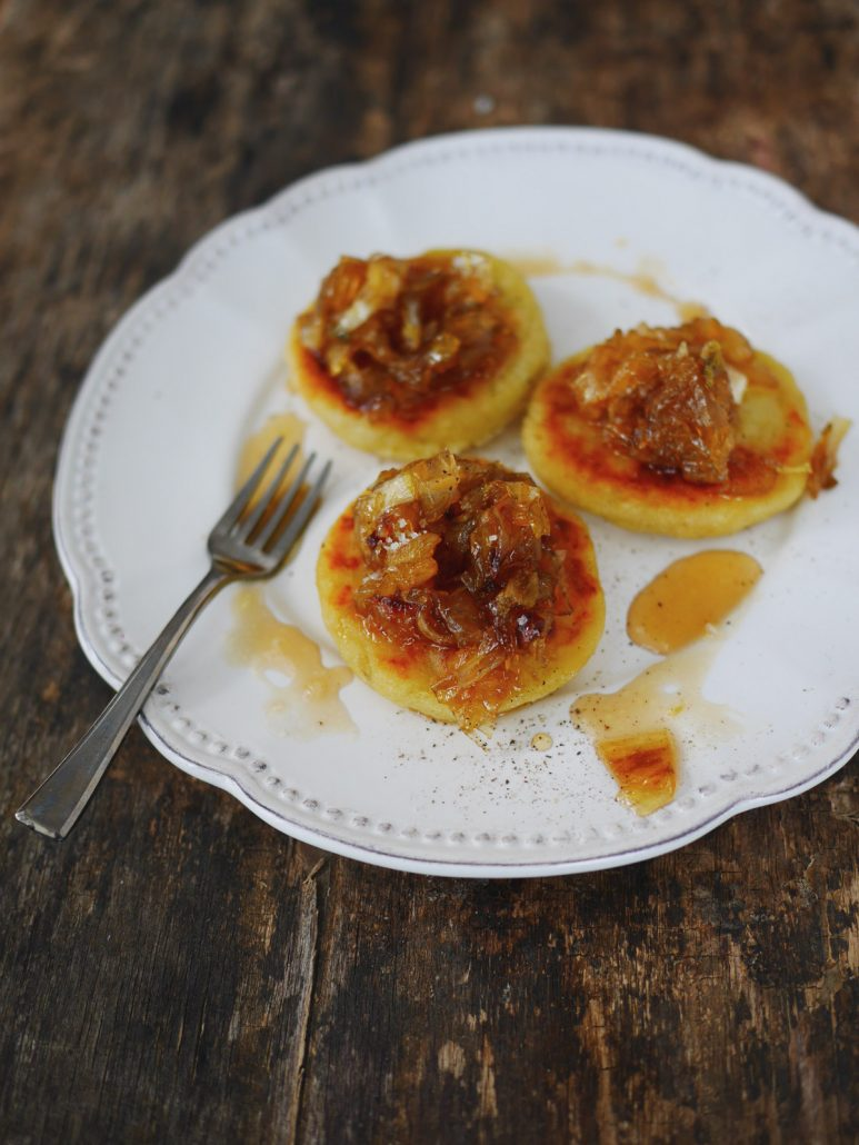 Blinis de pommes de terre et oignons caramelisés