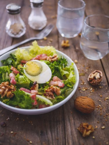 salade frisée lardons oeufs noix