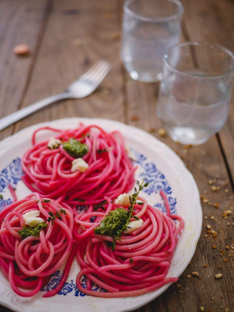 Spaghettis rose au jus de betterave, chèvre et pesto d'épinards