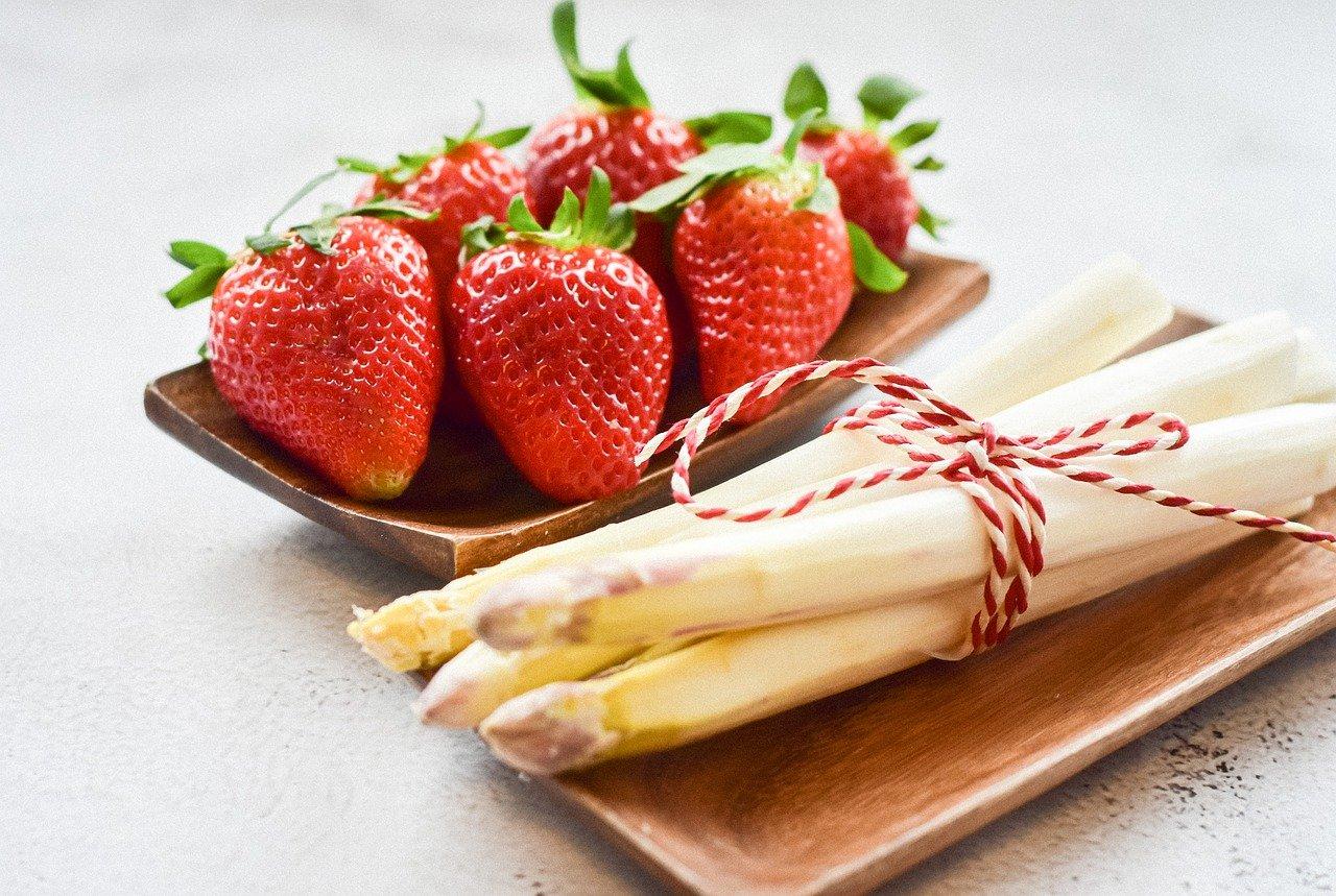 asperges blanches et fraises