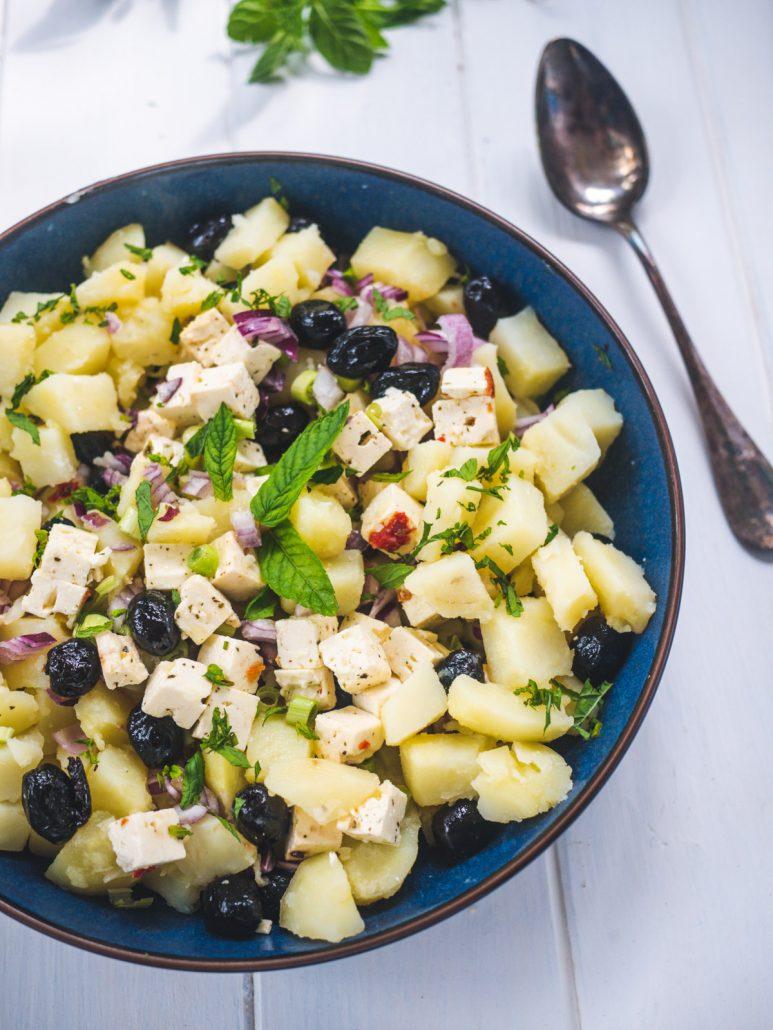 Salade de pommes de terre grecque, feta et oignon rouge